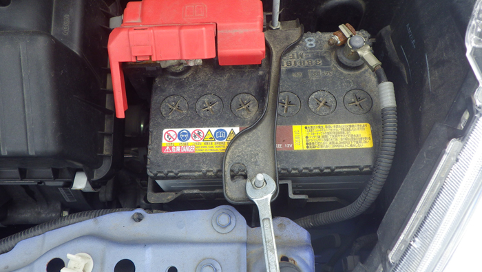 フィットのバッテリー交換:ステーを外す