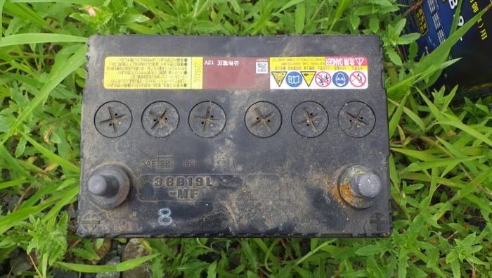 フィットのバッテリー交換:古いバッテリーを外す