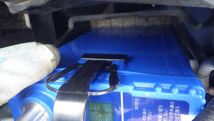 フィットのバッテリー交換:電極をつなぐ